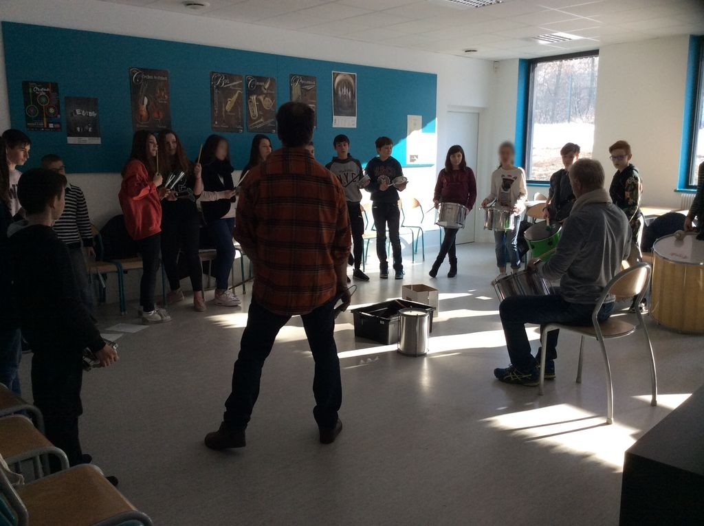 """Les élèves du collège de Fraisans préparent le concert """"Tambours"""""""